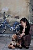 查找熊的20世纪20年代的中国女孩 图库摄影