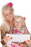 查找片剂的母亲和女儿 库存图片