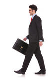 查找的人走与公文包&  免版税库存照片