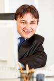 查找监控程序微笑的生意人计算机 库存图片