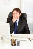 查找监控程序的生意人计算机震惊 免版税库存照片