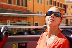 查找罗马街道浏览妇女的公共汽车 免版税库存图片