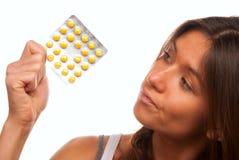 查找药片压片妇女黄色年轻人 免版税库存照片
