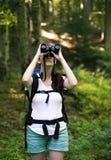 查找通过双筒望远镜的妇女 免版税库存照片