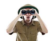 查找通过双筒望远镜的惊奇的探险家 免版税图库摄影