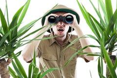 查找通过双筒望远镜的探险家 图库摄影