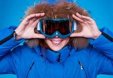 查找通过屏蔽的兴高采烈的滑雪者。 免版税库存图片