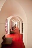 查找通过被成拱形的门和在城堡的红色楼层 库存照片