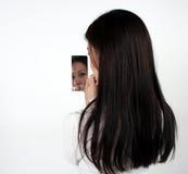 查找镜子的亚裔女孩 免版税库存照片