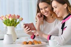 查找smartphone的朋友 免版税库存照片