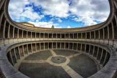 查理五世宫殿的庭院  免版税库存图片