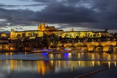 查理大桥、布拉格城堡和圣Vitus大教堂看法在微明下与剧烈的天空 布拉格 cesky捷克krumlov中世纪老共和国城镇视图 免版税库存照片