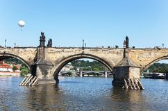 查理大桥和伏尔塔瓦河河在一个夏天晴天 布拉格, C 免版税库存照片
