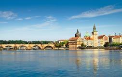 查理大桥和历史大厦在布拉格 免版税库存照片