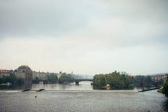 查理大桥和古老中世纪大厦的侧视图在布拉格 库存图片