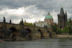 查理大桥和塔和伏尔塔瓦河河, Pra 免版税库存图片
