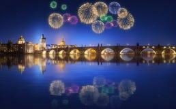 查理大桥和美丽的烟花在布拉格在晚上 免版税图库摄影