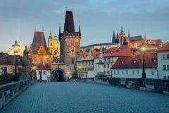 查理大桥和Mala Strana与布拉格城堡清早 免版税库存图片