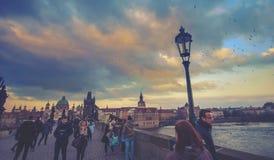 查理大桥在布拉格,到处都是人 免版税图库摄影