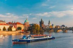 查理大桥在布拉格(捷克)晚上 免版税库存图片