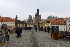 查理大桥是在布拉格穿过伏尔塔瓦河河的一座著名历史的桥梁 免版税图库摄影