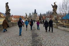 查理大桥是在布拉格穿过伏尔塔瓦河河的一座著名历史的桥梁 库存照片