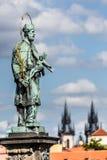 查理大桥是在布拉格,捷克穿过伏尔塔瓦河河的一座著名历史的桥梁 图库摄影
