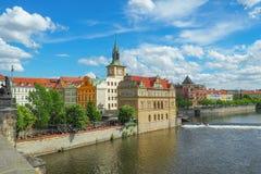 从查理大桥的布拉格都市风景在一个晴天 免版税库存照片