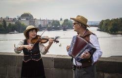 查理大桥的音乐家 库存照片