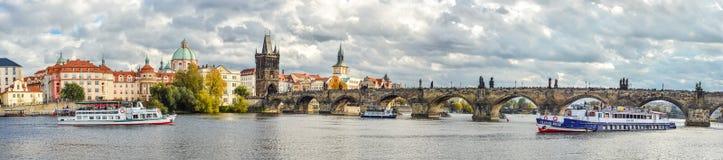 查理大桥,伏尔塔瓦河河、布拉格城堡和老镇剧烈的多云全景  免版税库存图片