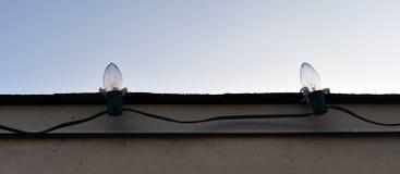 查理褐色在屋顶的圣诞灯 库存图片