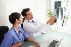查看一套X-射线的医生 免版税库存图片