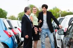 查看在围场的夫妇汽车经销商 免版税库存图片