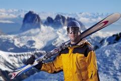 查看山的滑雪者 库存照片