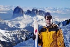 查看山的滑雪者 免版税库存图片