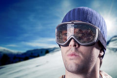 查看山的滑雪者 图库摄影