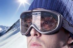 查看山的滑雪者 免版税库存照片