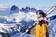 查看山的滑雪者 免版税图库摄影