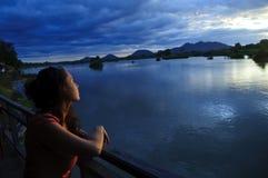 查看日落的妇女,穿上det, 4000个海岛,老挝 免版税库存照片