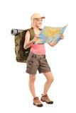 查看映射的女性远足者 库存照片