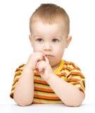 查看某事的一个逗人喜爱的小男孩的纵向 免版税图库摄影