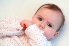查看照相机的哀伤的女婴 库存照片