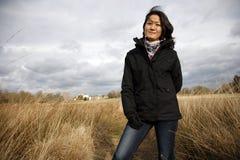 查看照相机的纵向微笑的亚裔妇女 图库摄影