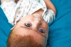 查看照相机的逗人喜爱的婴孩 免版税库存照片