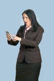 查看电话的女商人 库存图片