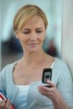 查看移动电话的妇女 库存照片