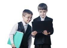 查看膝上型计算机的二个男孩 免版税库存图片