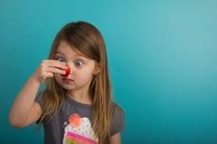 查看草莓的小女孩 免版税库存图片