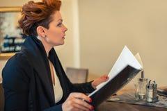 查看菜单的妇女 免版税库存图片
