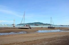 查龙海湾码头,当水平面低在普吉岛泰国 免版税库存图片